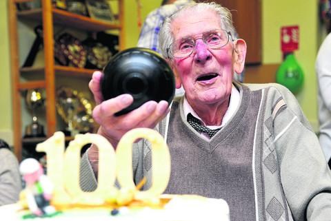 Bert Potter is pictured celebrating his 100th birthday at Haydon Wick Bowls Club in January. He passed away at Great Western Hospital on Friday