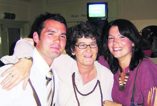 Jenny Hinson, who died from lung cancer on January 4, with daughter and son Jolene and Ben