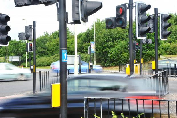 Swindon Advertiser: Ampel in Thamesdown Drive in der Nähe des Orbital Shopping Park. Bild von Thomas Kelsey