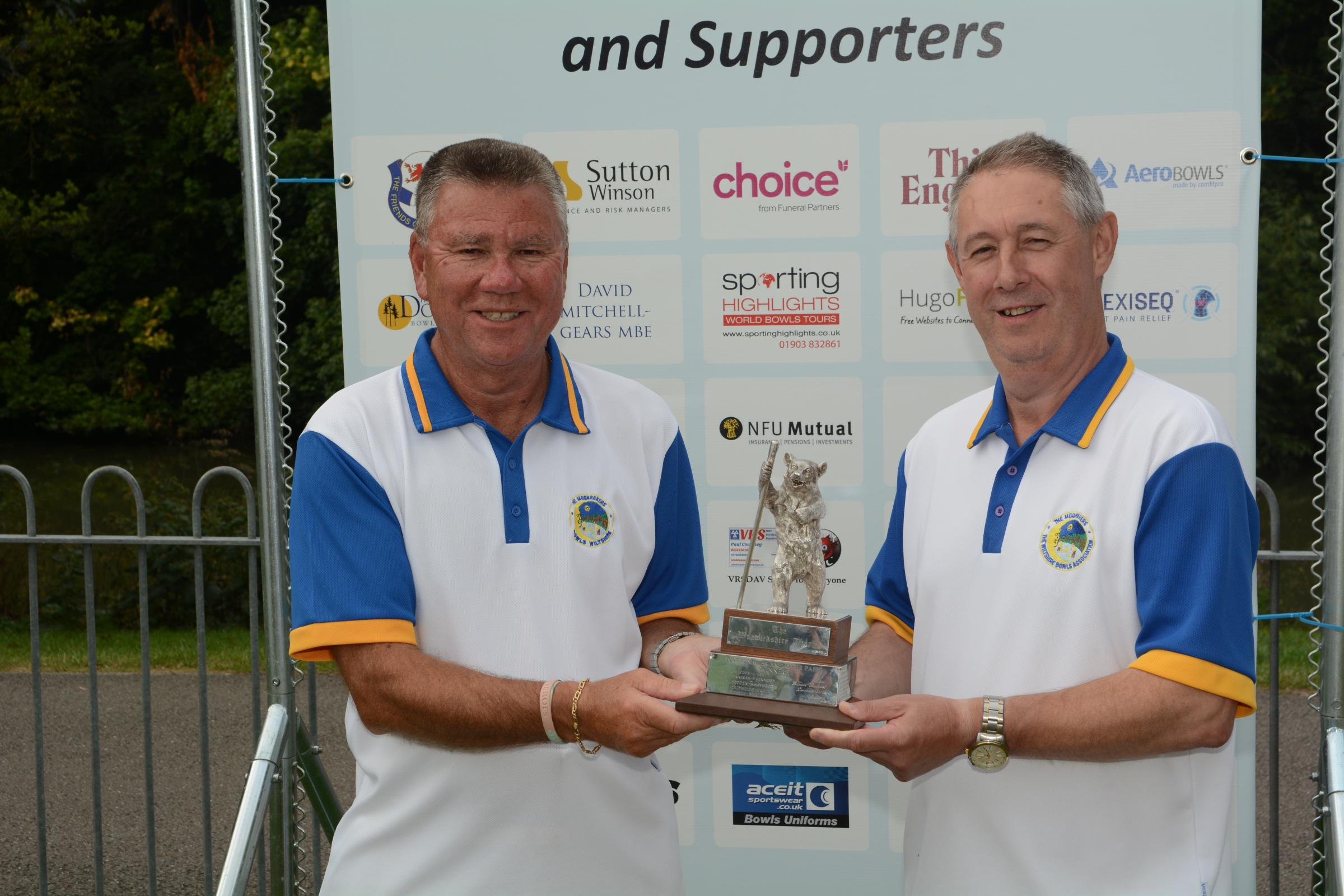 Senior pairs winners Dave Snell (centre) and Mel Biggs (right) in 2015