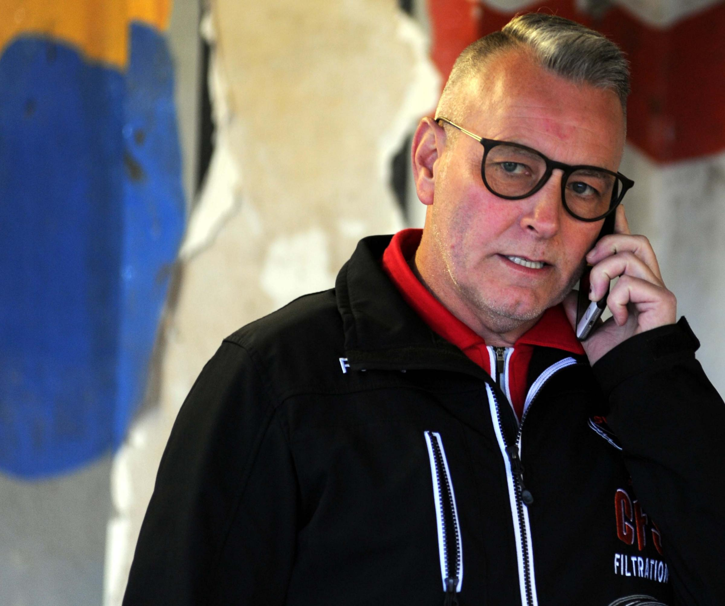 Swindon Robins v Poole Pirates       Pic Dave Evans.Alun Rossiter on the phone from the pits..