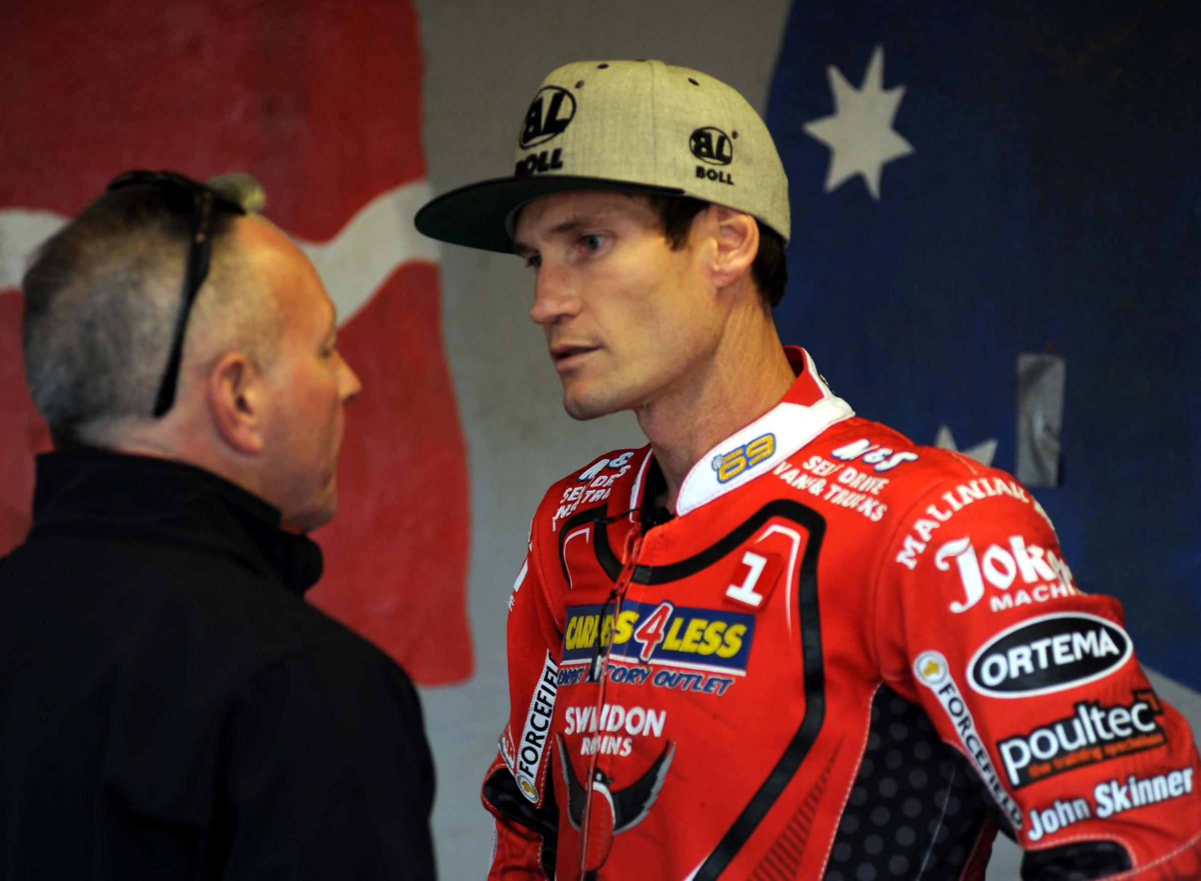 Swindon Robins v Belle Vue       Pic Dave Evans.Alun Rossiter in discussion with his skipper Jason Doyle.