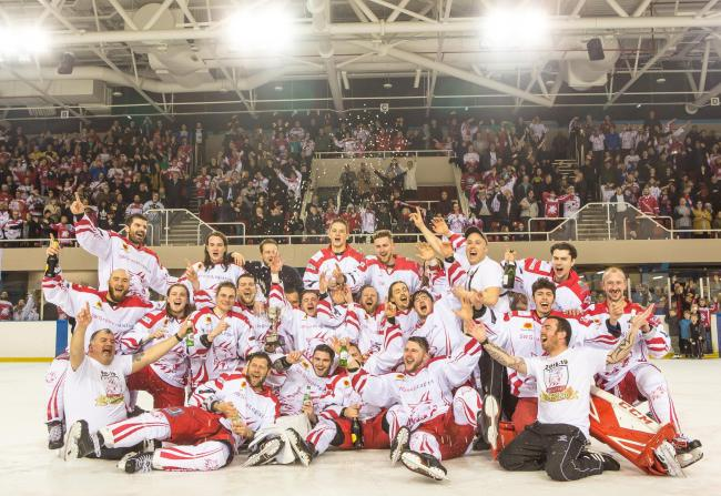 Swindon Wildcats celebrate winning the NIHL South One title this season            Picture: RYAN AINSCOW